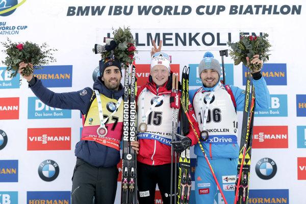 Johannes Thingnes Bö (v strede) sa raduje z víťazstva. Vľavo Martin Fourcade a vpravo Anton Šipulin.