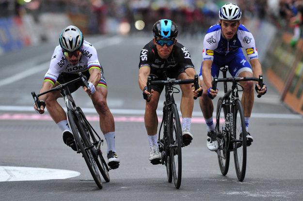 Michal Kwiatkowski (v strede) zdolal Petra Sagan (vľavo) o centimetre.