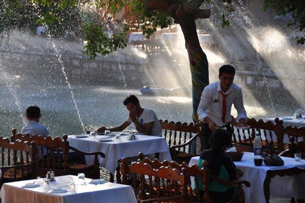 Pokojné posedenie v reštaurácii pri jazierku na Ljabi Chauz.