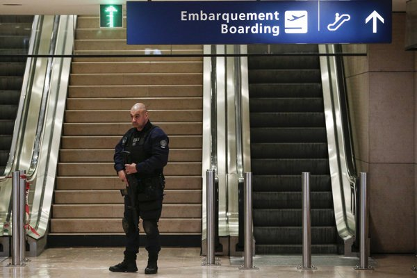 Policajt hliadkuje v priestoroch letiska Orly.