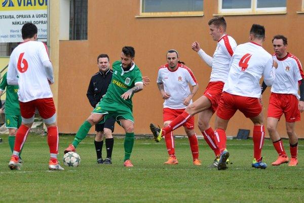 V zelenom drese s loptou muž zápasu - domáci Ádám Rózsa.