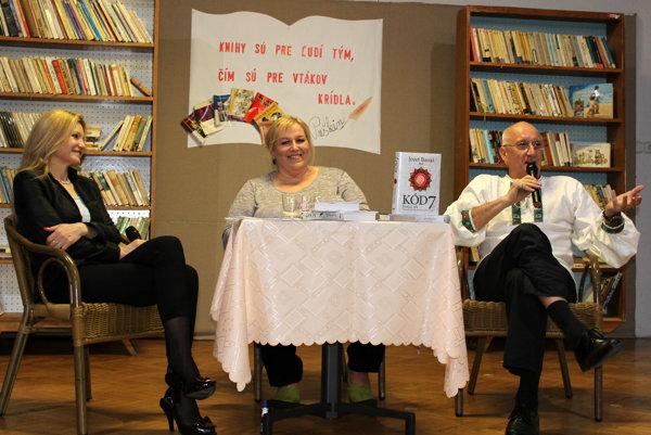 Zľava Marcela Molnárová, Mária Derďaková aJozef Banáš.