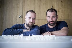 Architekti Matej Grébert (vľavo) aJuraj Benetin zAteliér Compass Architekti.