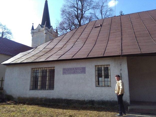 Starosta Štefan Škraban pred ojedinelým múzeom.