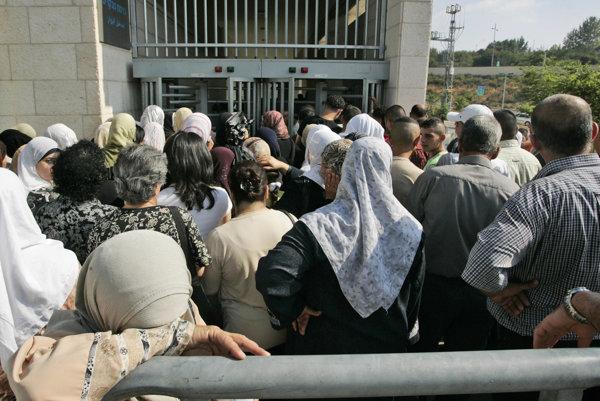 Rada Palestínčanov pred izraelským úradom.
