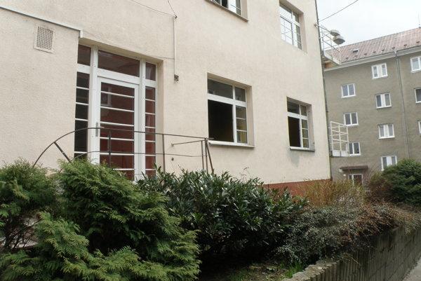 Advokátska kancelária, v ktorej došlo ku krádeži a požiaru, sa nachádza vo dvore za Mestským domom.