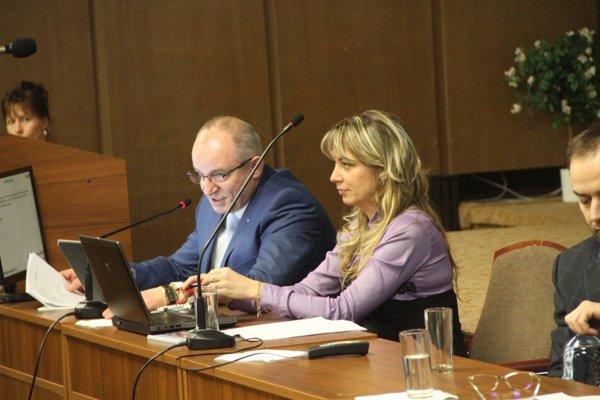 Za zvýšenie hlasovalo 15 poslancov, proti boli traja.