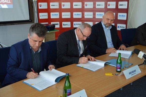 Na mestskom úrade sa podpisovala trojstranná zmluva medzi SZH, klubom HK Slovan Duslo Šaľa a mestom Šaľa.