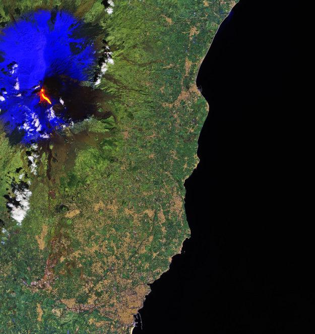 Červená znázorňuje lávu a modrá sneh na svahoch sopky Etny.