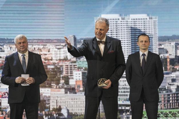 Architekt Juraj Hermann (uprostred) s hlavnou cenou Stavba roka 2016 za stavbu Panorama city v Bratislave. Vľavo minister dopravy a výstavby Árpád Érsek, vpravo výkonný riaditeľ J&T Pavel Pelikán.