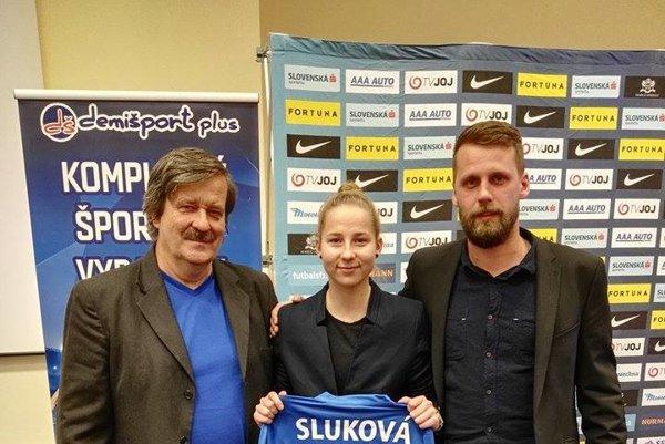 Veronika Sluková spolu s Lacom Némethom (vľavo) a Mariánom Dlobíkom, trénermi ŠKF VIX Žilina.