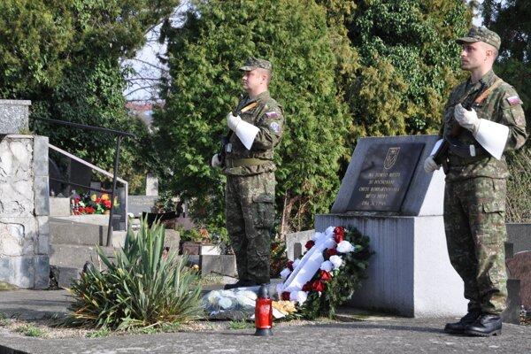 Spoločný hrob obetí bombardovania.