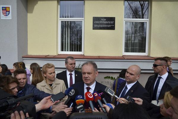 Prezident SR Andrej Kiska počas odhalenia pamätnej tabule pri príležitosti 75. výročia začiatku hromadných deportácií do koncentračných táborov zo Slovenska.