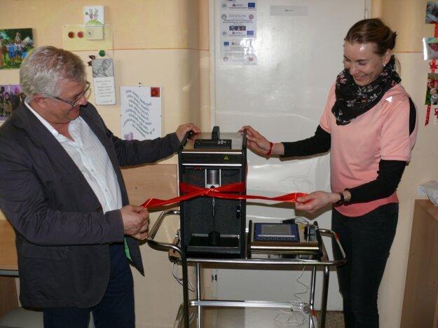 Mirko Zibolen a Anastázia Kuzminova pri prístroji Miris.