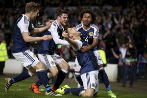 Futbalisti Škótska oslavujú jediný gól zápasu v podaní Chrisa Martina.