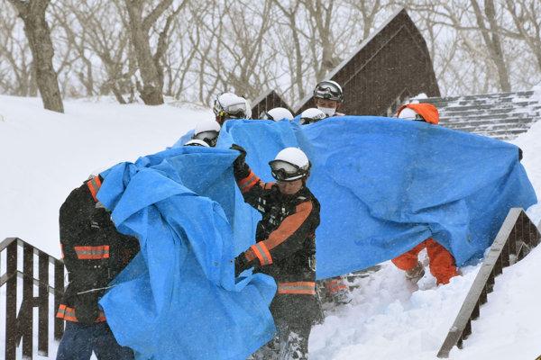 Záchranári zasahujú po lavíne v lyžiarskom stredisku.
