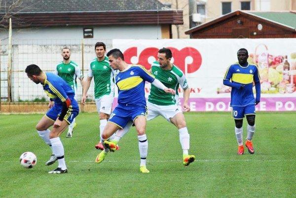 V zápase Nové Zámky – ViOn B Vráble (1:1) padli góly iba zpenált. Vmodrom drese zľava P. Balko, D. Hamar aPepe. Vzadu v zelenom druhý zľava D. Korman, autor domáceho gólu.