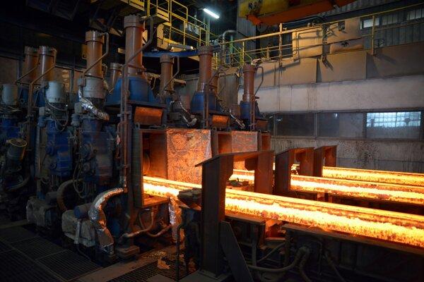Výroba železa v jednej z výrobných hál spoločnosti Železiarne Podbrezová.