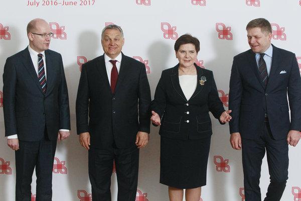 Premiéri V4 zľava Bohuslaav Sobotka, Viktor Orbán, Beata Szydlová a Robert Fico.