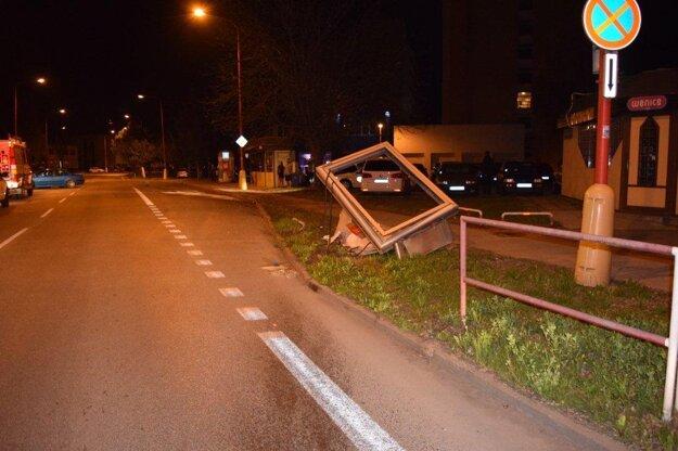 Mladík na BMW zdemoloval reklamný pútač.