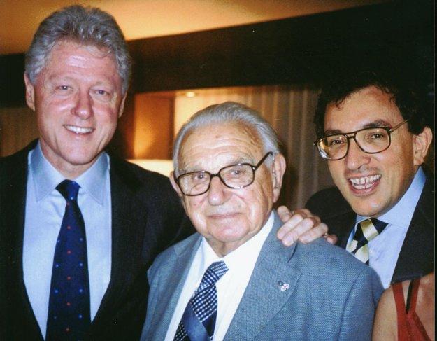 S Nicholasom Wintonom a Billom Clintonom.