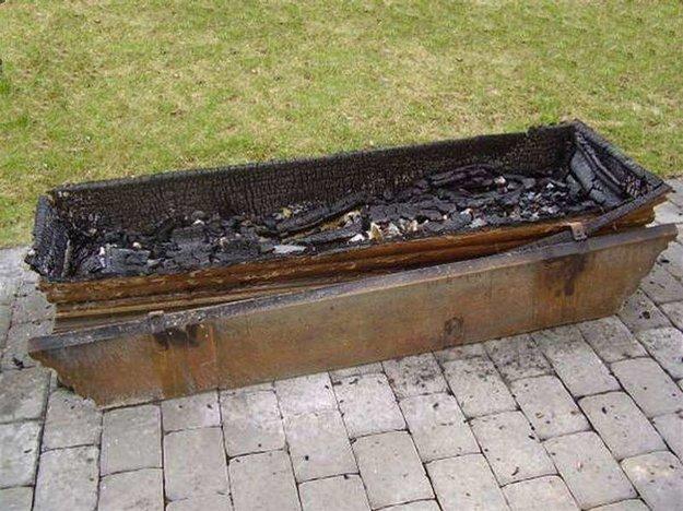 Duševne chorý muž podpálil jej pozostatky.