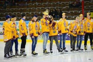Dorastenci sa majstrovskou trofejou pochválili cez prestávku zápasu Trenčín - Skalica.