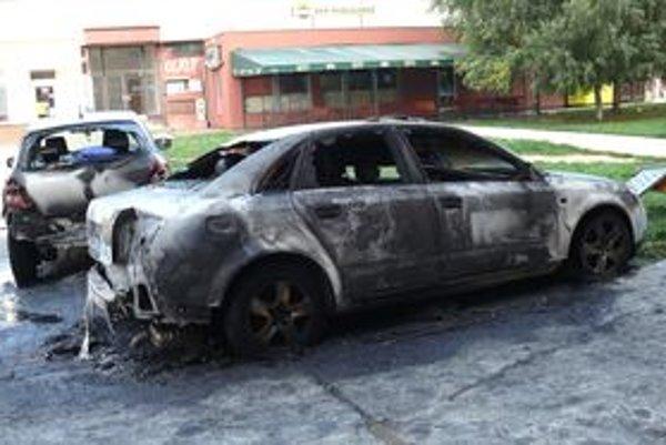 Od horiaceho Audi sa poškodila aj neďaleko zaparkovaná Toyota.