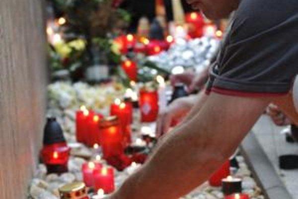 Niekoľko stoviek kahancov a sviečok zapálili 11. augusta 2009 obyvatelia Handlovej pri monumente sochy baníkov na znak úcty obetiam včerajšieho banského nešťastia v Handlovej.