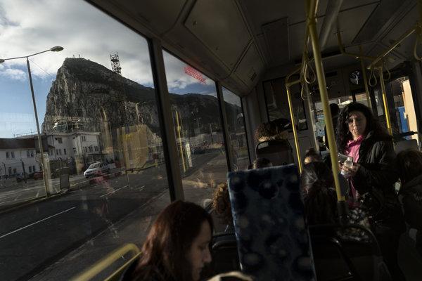 Ľudia prichdzajú autobusom do Gibraltáru zo Španielska. Po odchode Británie už prekračovanie hraníc nemusí byť také jednoduché.