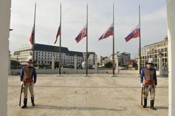 Zástavy na štátnych budovách vrátane Prezidentského paláca (na snímke) včera viseli na pol žrde. Vláda vyhlásila štátny smútok.