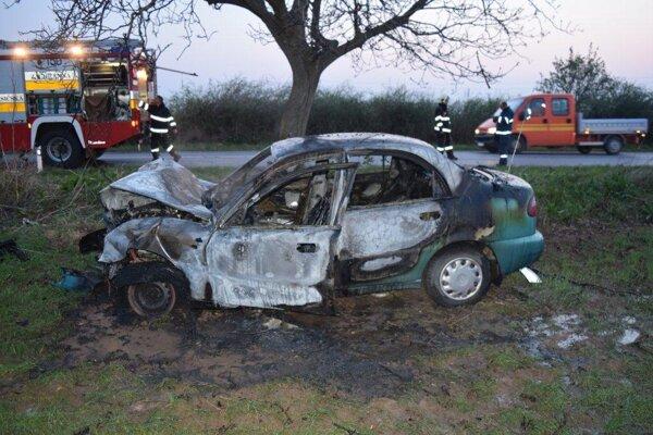 Žena mala šťastie, že ju z horiaceho auta vytiahol iný šofér.
