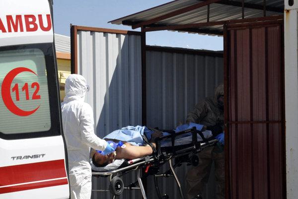 Tureckí záchranári odvážajú ranených po chemickom útoku v sýrskej provincii Idlib do nemocnice v tureckomReyhanli.