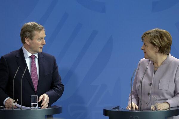 Nemecká kancelárka Angela Merkelová (vpravo) a írsky premiér Enda Kenny počas spoločného vyhlásenia pred ich stretnutím v Berlíne 6. apríla 2017.