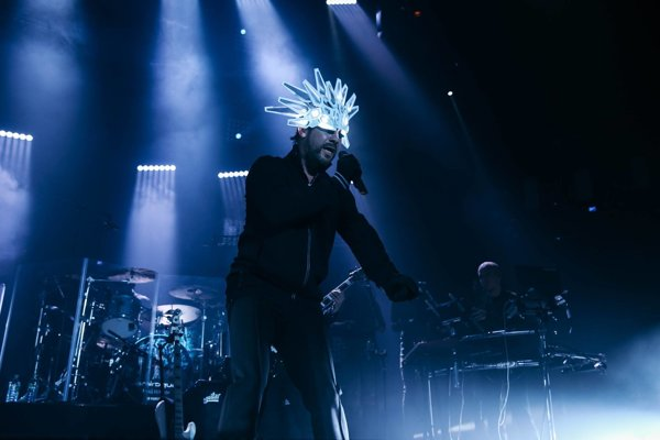 Spevák Jay Kay a jeho futuristická helma. Nové pesničky prinesie v lete na festival Colours of Ostrava.