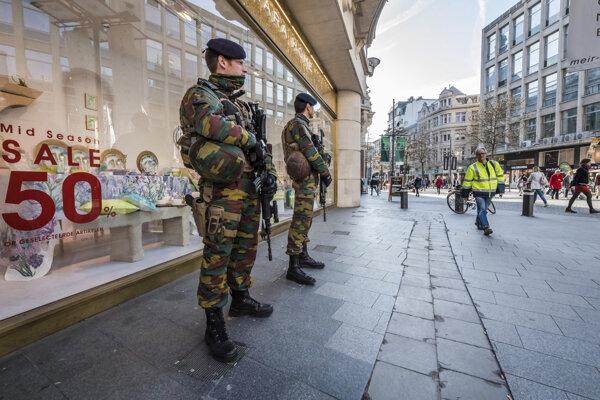 Vojaci hliadkujú na pešej zóne s obchodmi na ulici De Meir v Antverpách 23. marca 2017.