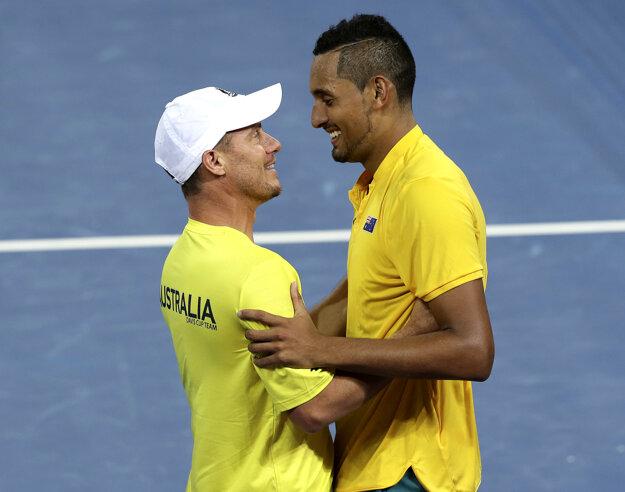 Austrálsky tenista Nick Kyrgios (vpravo) sa teší s kapitánom Lleytonom Hewittom po víťazstve v zápase dvojhry proti Američanovi Johnovi Isnerovi.