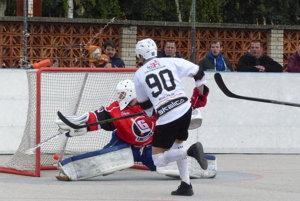 Vladimír lantoš strieľa prvý gól Skalice v zápase.