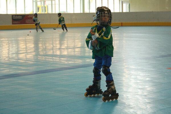 S kolieskovými korčuľami sa korčuliari na prievidzský zimný štadión vrátili v júni.