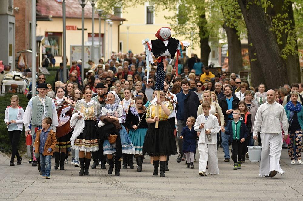 Na snímke sprievod centrom Piešťan.
