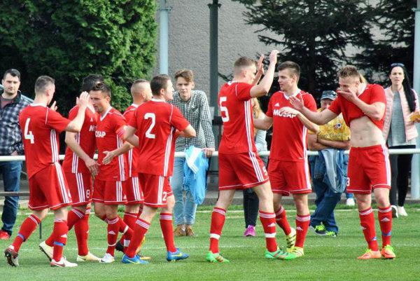 Čeľadice v šlágri kola porazili rezervu Nitry 3:1, dva góly strelil Miroslav Plešivka (na snímke je celkom vpravo).