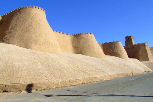 Mohutné hradby starej Chivy dodnes pôsobia nedobytne.