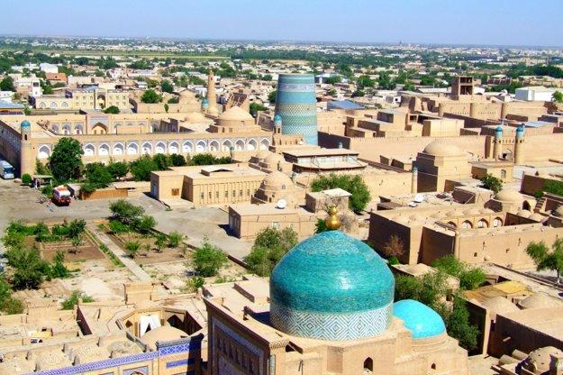 Panorámu starej Chivy dotvárajú kupoly a minarety.