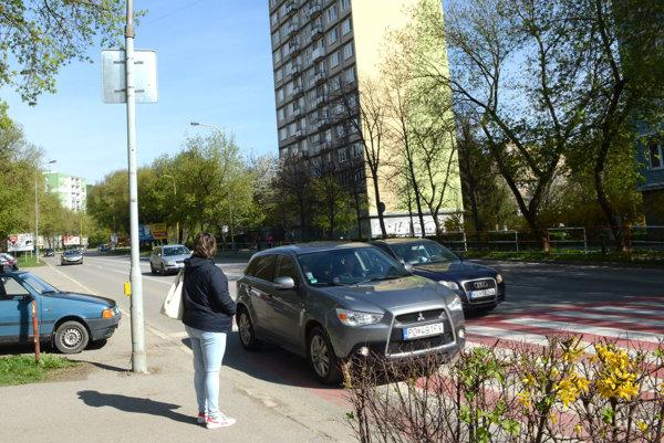 Priechod pri obchodnej akadémii. Bez zrušeného semafora si musia chodci občas počkať na ochotného vodiča, ktorý im umožní prejsť po priechode na druhú stranu štvorprúdovky.