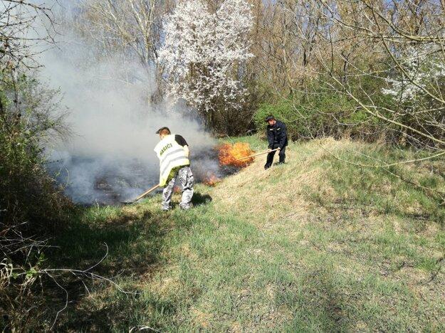 Dobrovoľní hasiči mali s ohňom plné ruky práce.