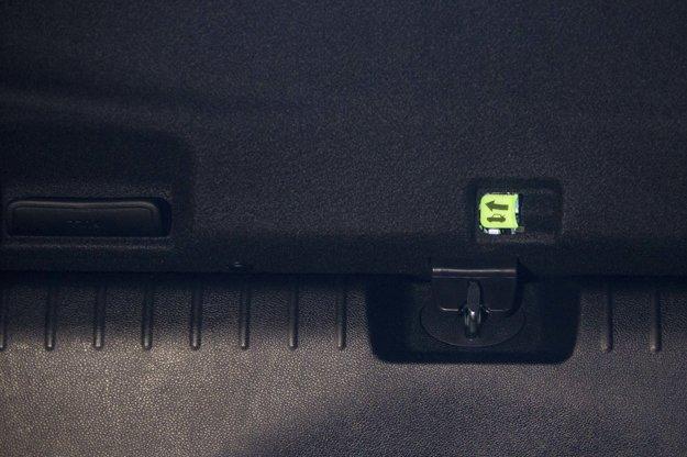Takto vyzerá v tme tiahlo na otvorenie kufra zvnútra. V USA je to povinnou výbavou nového auta, podobne ako bezpečnostné pásy či airbagy.