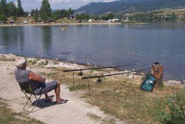 Vodná nádrž v Nitrianskom Rudne je obľúbená aj medzi rybármi.