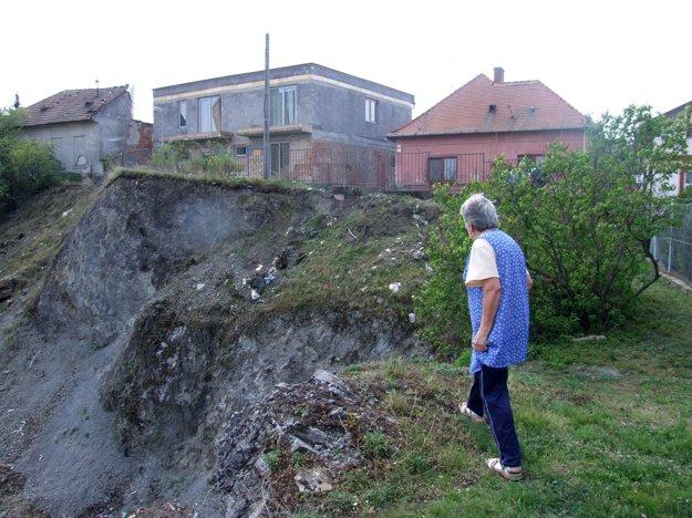 Fabrická ulica nad baňou sa prepadla. Stoja na nej domy. Niektorí obyvatelia hádžu odpadky rovno do prírodnej pamiatky.