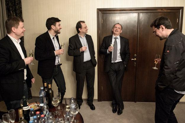 Zľava členovia volebného tímu Adam Znášik, Peter Hajdin, Sergej Michalič a Rado Baťo oslavujú zvolenie Andreja Kisku za prezidenta Slovenskej Republiky.