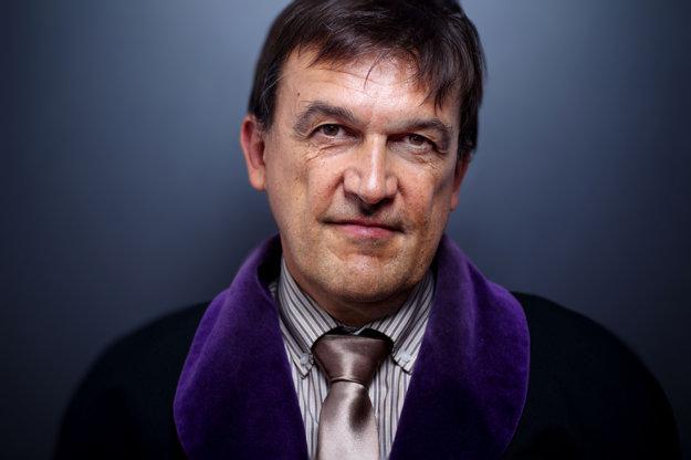 Ján Hrubala (50) (na snímke Vladimíra Šimíčka) sa narodil v Leviciach. Právo skončil v roku 1986 v Košiciach. Po škole sa stal trestným sudcom na Okresnom súde v Banskej Bystrici, odkiaľ pokračoval na krajský súd. V roku 1996 odišiel do advokácie, venoval sa ľudským právam, ochrane životného prostredia, obhajoval napríklad viacerých Rómov, ktorí sa stretli s rasizmom. Podporil aj hnutie Inakosť. V rokoch 2003 - 2005 bol riaditeľom odboru boja proti korupcii na Úrade vlády. Od roku 2005 je predse